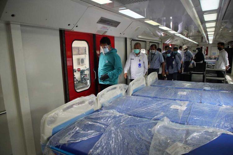 KERETA ISOLASI-Walikota Madiun, Maidi melihat kondisi kereta medis darurat milik PT INKA yang akan dijadikan sebagai tempat perawatan pasien covid-19. Pemkot Madiun berencana meminjam kereta medis tersebut setelah ruang isolasi di rumah sakit penuh.