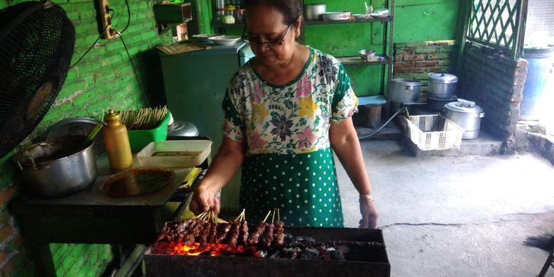 Penjual kuliner berbahan daging kuda, Mutjinem (63) sedang membakar sate kuda di Warung Segoro Roso, Dusun Jembangan, Desa Segoroyoso, Bantul, DI Yogyakarta, Minggu (31/3/2019).