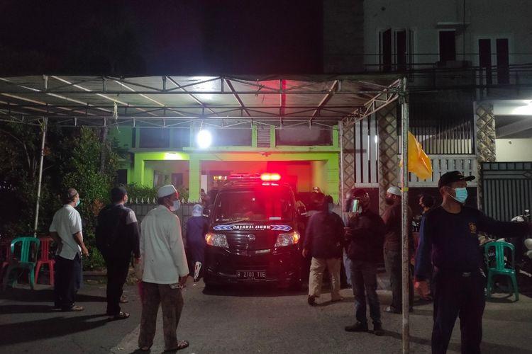Suasana kedatangan jenazah budayawan sekaligus sastrawan Radhar Panca Dahana di rumah duka, Jalan Vila Pamulang Blok CF 3 Nomor 3, Tangerang Selatan, Kamis (22/4/2021).