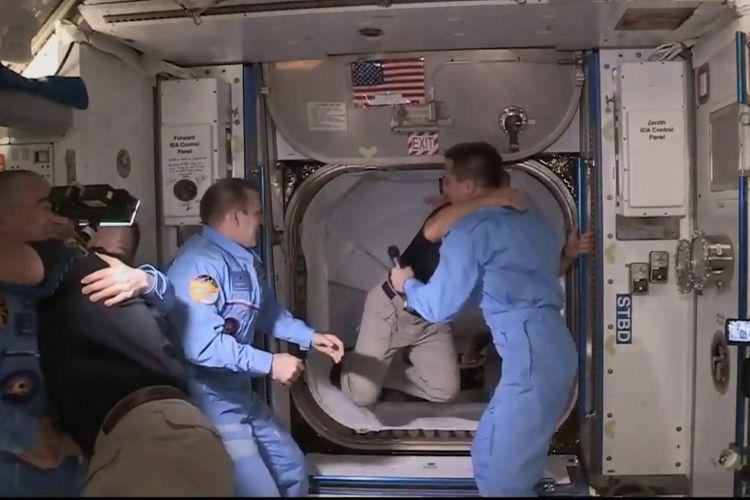 Astronot NASA yang menumpang kapsul Crew Dagon SpaceX, sampai di Stasiun Luar Angkasa Internasional (ISS) setelah 19 jam mengudara.  Astronot Douglas Hurley (kanan) dan Robert Behnken (kiri) tiba setelah pintu palka dibuka, keduanya disambut oleh astronot NASA dan kosmonot Rusia.