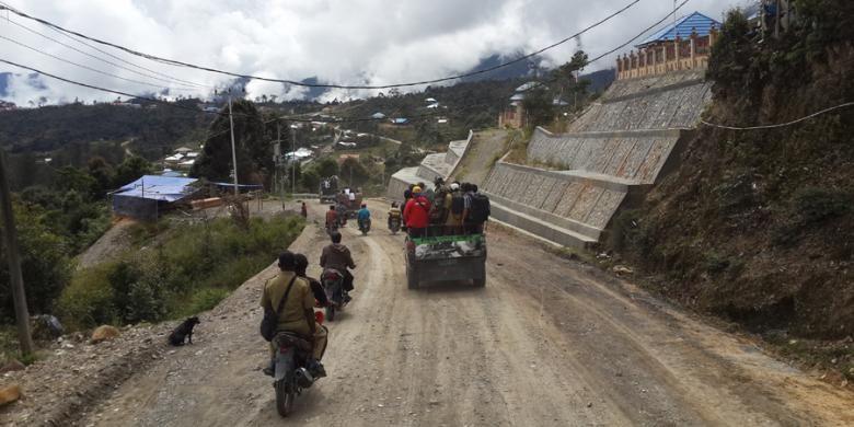 Kondisi infrastruktur jalan di Sugapa, Kabupaten Intan Jaya, Sabtu (14/2/2015) saat kunjungan Menteri Pekerjaan Umum dan Perumahan Rakyat Basuki Hadimuljono ke pegunungan tengah, Papua.