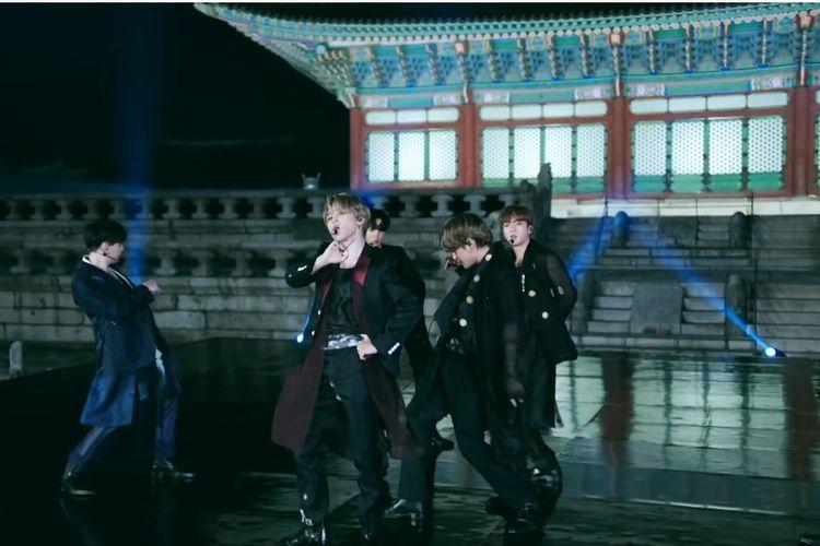 Jimin (paling depan) tampil bersama para member BTS membawakan lagu Idol untuk The Tonight Show Starring Jimmy Fallon pada September 2020.