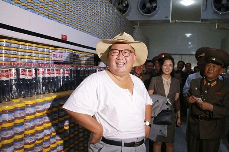 Kim Jong Un ketika berkunjung ke pabrik di provinsi Hwanghae Selatan. (KCNA/AFP)