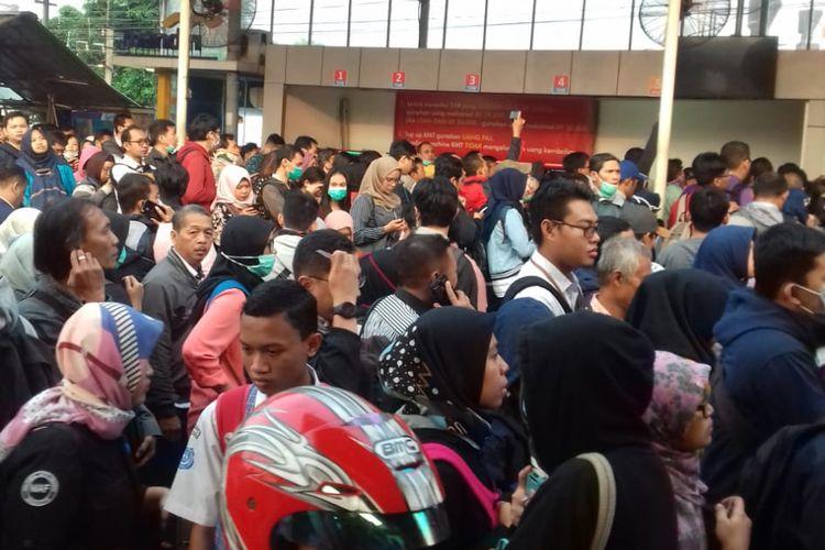 Panjang Antrean staiun Depok Lama, Jalan Pancoran Mas, Depok, Senin (23/7/2018)
