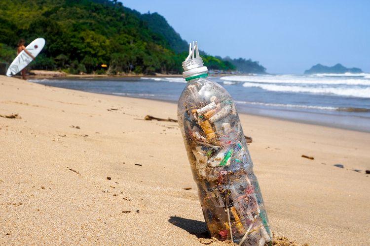 Ilustrasi sampah plastik dan puntung rokok yang dikumpulkan di pantai