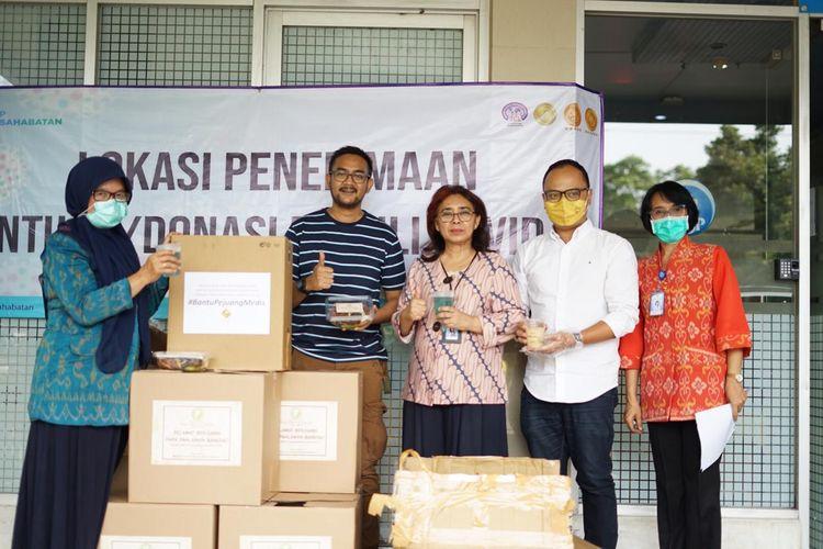 Relawan Kotak Oranye berikan bantuan makan ke RSUP Persahabatan, Sabtu (28/3/2020).