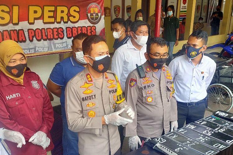 Kapolres Brebes AKBP Gatot Yulianto memberi keterangan kasus upaya begal terhadap putri Bupati Brebes di Mapolres setempat, Senin (19/4/2021)