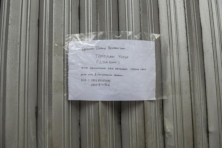 Foto dirilis Kamis (28/4/2020), menunjukkan pengumuman penutupan toko akibat merebaknya wabah Covid-19, terpasang di pintu sebuah toko yang tutup di kawasan Pasar Baru, Jakarta. Imbas wabah Covid-19, gejolak pada aspek kesehatan turut merembet ke sektor ekonomi dengan sebagian besar aktivitas ekonomi di Tanah Air terhenti.