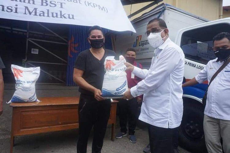 Pemerintah Kota Ambon mulai menyerahkan bantuan sosial (Bansos) berupa beras 10 kg kepada warga terdampak kebijakan penerapan pembatasan kegiatan masyarakat di Kota Ambon, Senin (19/7/2021)