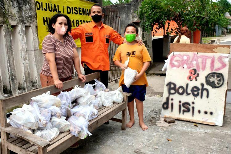 Whempy bersama keluarga saat aksi bagi-bagi sembako.