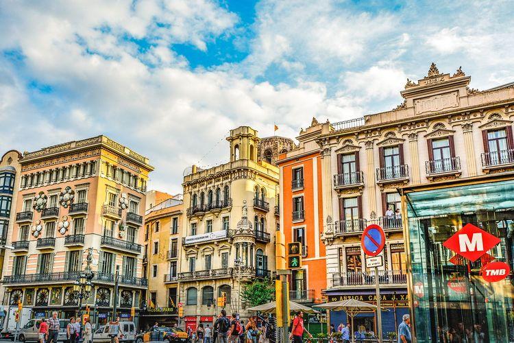 Barcelona menjadi tempat yang menarik untuk dikunjungi saat lajang karena kota tersebut dikenal dengan budaya pesta yang meriah.