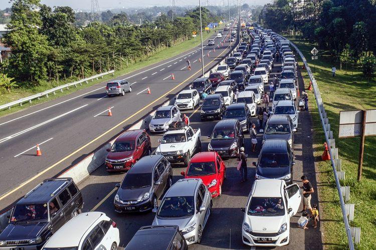 Kepadatan kendaraan menuju Jalan Raya Puncak, Gadog, Kabupaten Bogor, Jawa Barat, Sabtu (22/8/2020). Tingginya antusias warga untuk berlibur di kawasan Puncak Bogor pada libur panjang Tahun Baru Islam 1 Muharam 1442 Hijriah dan libur akhir pekan membuat kepadatan terjadi di sejumlah titik, Sat Lantas Polres Bogor memberlakukan sistem buka tutup jalur dan sistem lawan arus (contraflow) untuk mengurai kemacetan. ANTARA FOTO/Yulius Satria Wijaya/hp.