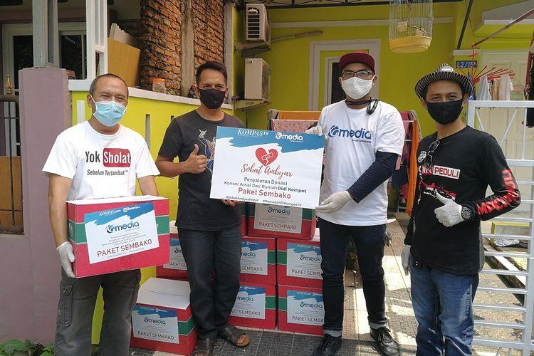 Penyerahan donasi berupa bahan pokok dari Kompas Gramedia Group