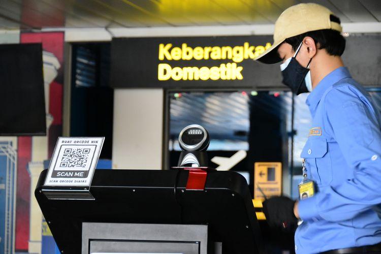 Petugas tengah memeriksa alat scan Pedulilindungi untuk penumpang di Bandara Husein Sastranegara Bandung, Selasa (24/8/2021). Penurunan harga tes polymerase chain reaction (PCR) oleh pemerintah ternyata berdampak positif terhadap geliat penerbangan di Bandara Husein Sastranegara Bandung.