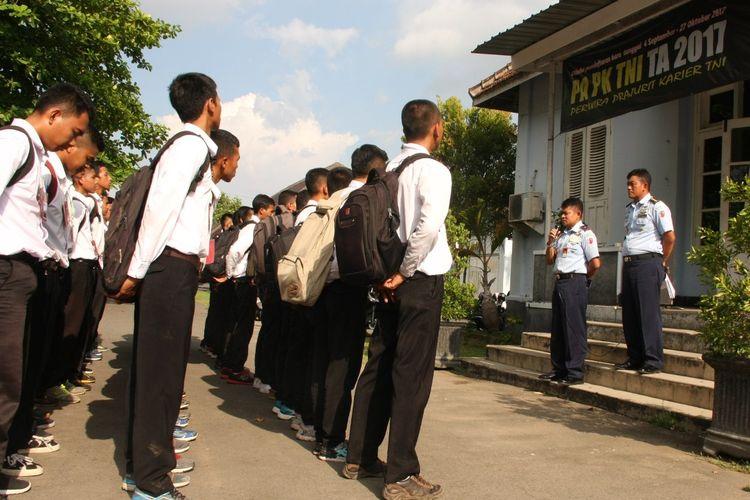 Proses rekrutmen Prajurit Perwira Karier TNI AU TA 2017 di Lanud Adisutjipto.
