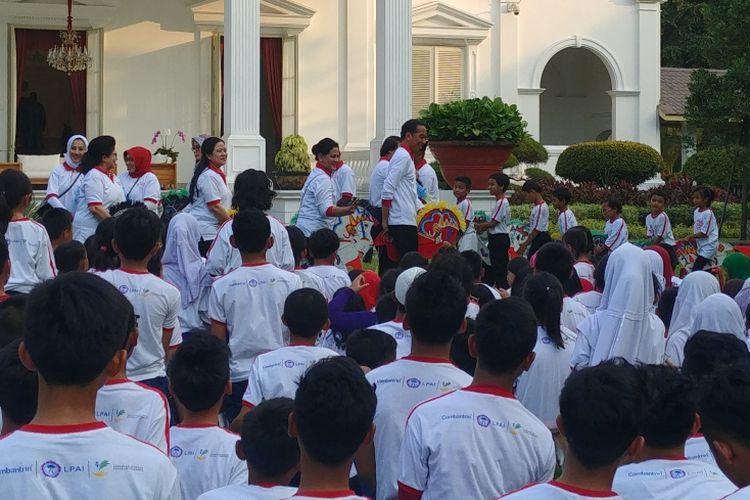 Presiden Jokowi bermain kuda lumping bersama anak-anak di Halaman Istana Kepresidenan, Jakarta, Jumat (4/5/2018).