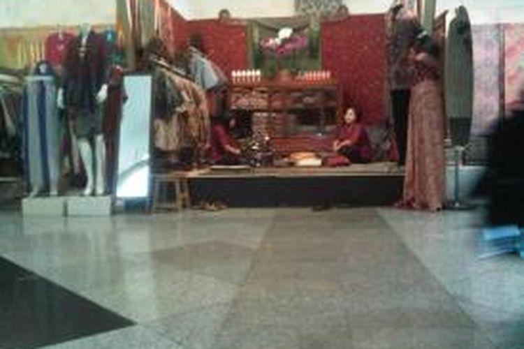 Stand batik yang dibuka Soedjadi untuk memamerkan batik produksinya pada pameran batik di JCC, Senayan, Jakarta, Rabu (17/7/2013)
