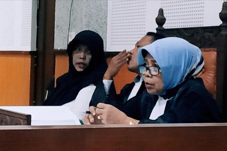 Kompol Tuti (jilbab hitam) saat menjalani persidangan di Pengadilan Tipikor Mataram, Rabu (31/7/2019) dengan agenda keterangan saksi. Semua keterangan saksi dibatah Tuti dihadapan Majelis Hakim.