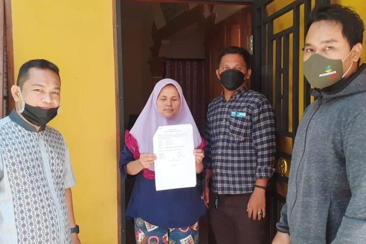 Foto: Nirma Gultom (36) bersama pendamping PKH dan Koordinator PKM di kediamannya Jalan Pisang, Kelurahan Pardamean, Kecamatan Siantar Marihat, Rabu 21 April 202. Foto: Dinsos P3A Kota Pematangsiantar.