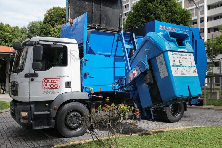 Armada truk pengumpu limbah sisa makanan dari Super 800 yang akan digunakan untuk mengumpulkan sampah dari unit HBD di distrik Ang Mo Kio-Toa Payoh, Singpura