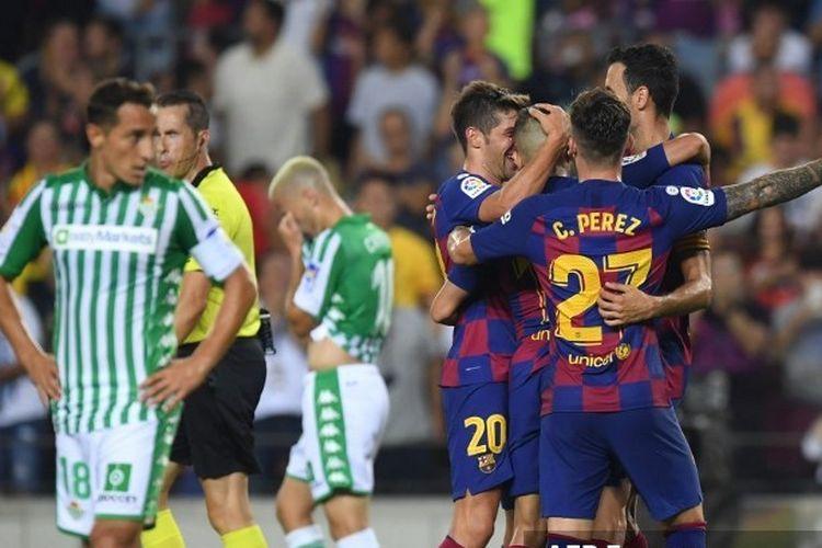 Pemain Barcelona merayakan gol yang dicetak Jordi Alba pada laga melawan Real Betis di Camp Nou, 25 Agustus 2019. Barcelona mengalahkan Real Betis dengan skor 5-2 pada laga pekan kedua Liga Spanyol 2019.