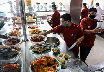 Makanan Padang merujuk pada hidangan khas Minang yang disajikan di rumah makan Padang.