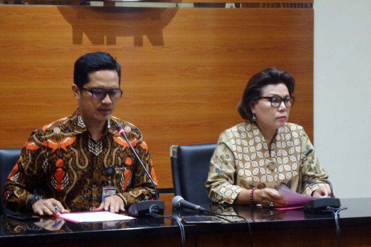 Juru Bicara KPK Febri Diansyah dan Wakil Ketua KPK Basaria Panjaitan dalam jumpa pers penetapan tersangka Bupati Nganjuk di Gedung KPK Jakarta, Kamis (26/10/2017).
