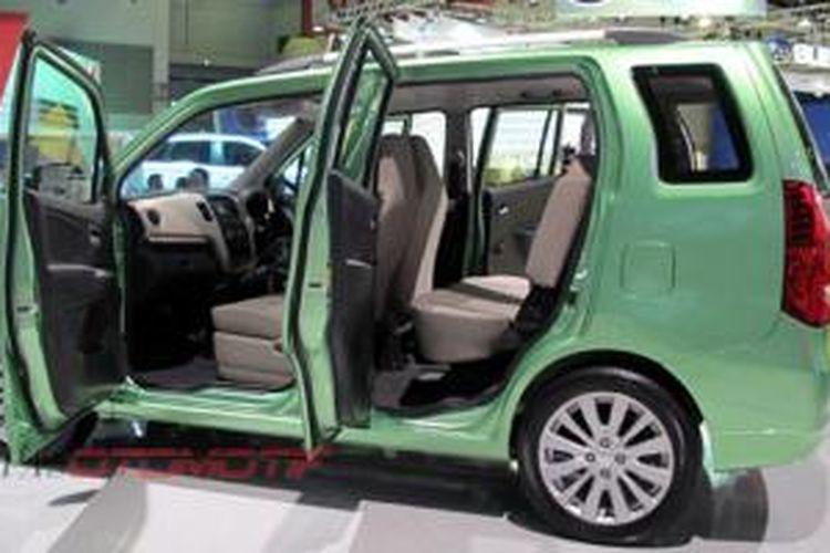 Suzuki Karimun WagonR tiga baris sudah sempat mejeng di IIMS, September 2013.