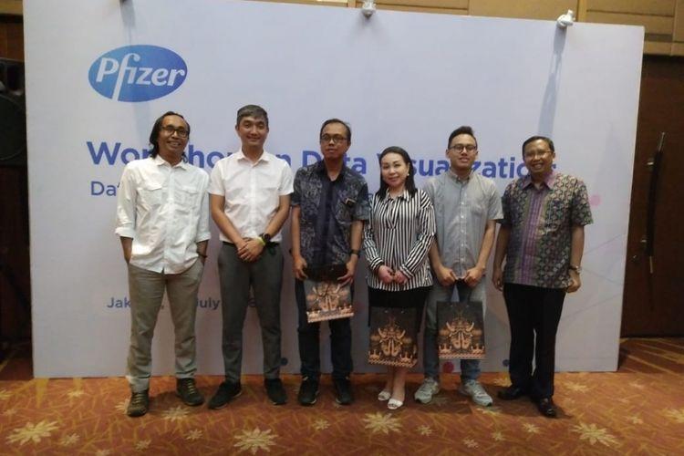 Jurnalis Kompas.com, Alek (kedua dari kanan) bersama kelompoknya, berhasil menjadi pemenang kontes infografis pada Workshop Visualisasi Data, Kamis (26/7/2018), di Hotel Santika Premiere Slipi, Jakarta.