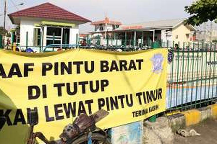 Poster peringatan penutupan akses terpasang di pintu barat Stasiun Tangerang, Banten, Kamis (21/7/2016). Akses pintu barat menuju Stasiun Tangerang ditutup oleh kepolisian dan pemerintah kota setempat karena diduga menyebabkan kemacetan.