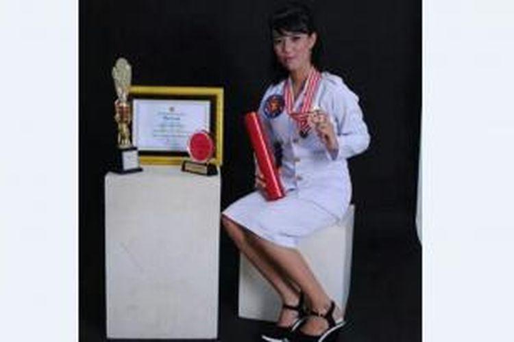 Gayatri Wailissa menunjukan sejumlah penghargaan yang diraihnya