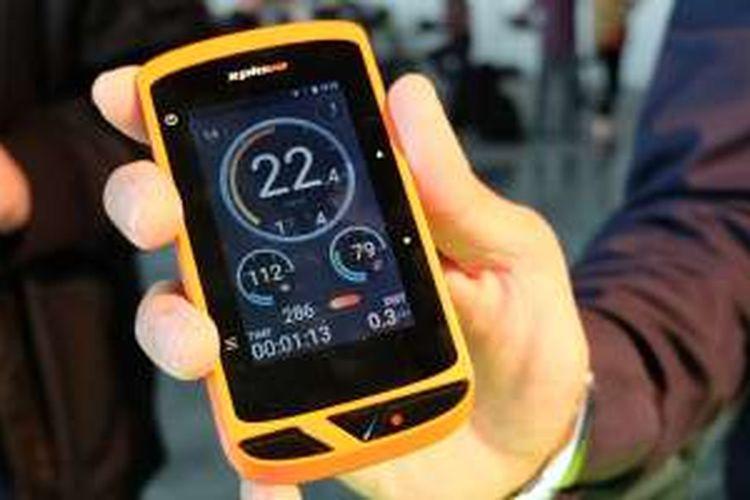 Acer memperkenalkan gadget untuk sepeda Xplova X5 pada sebuah acara peluncuran di New York, AS, Kamis (21/4/2016). Fitur istimewa dari perangkat ini adalah kamera yang terletak di bagian atas untuk merekam aktivitas perjalanan.