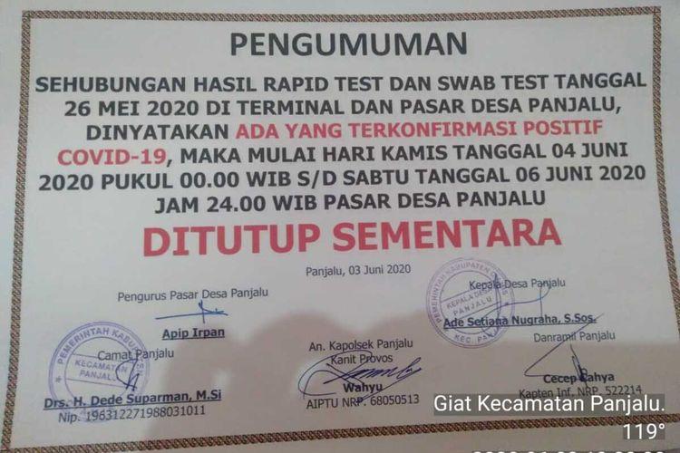 Stiker pengumuman penutupan pasar ditempel di area pasar. Penutupan ini menyusul adanya dua warga yang terpapar Covid-19 di Panjalu, Kabupaten Ciamis, Jawa Barat.