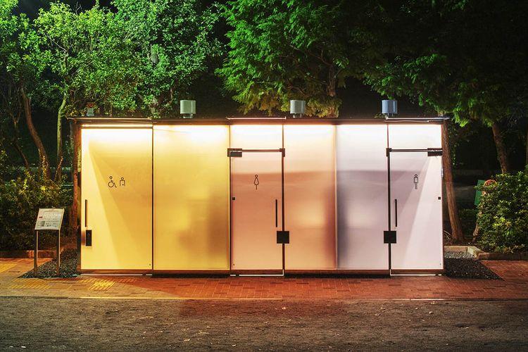 Toilet transparan di area Shibuya, Tokyo, Jepang.