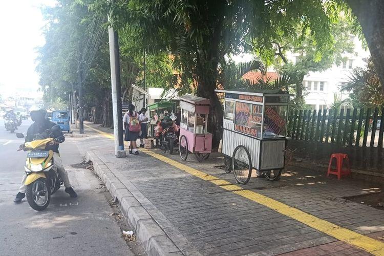 Tampak trotoar di Jalan Otista Raya, Jatinegara, Jakarta Timur, yang baru rampung direvitalisasi dijadikan lahan parkir dan Pedagang Kaki Lima (PKL), Selasa (29/10/2019).