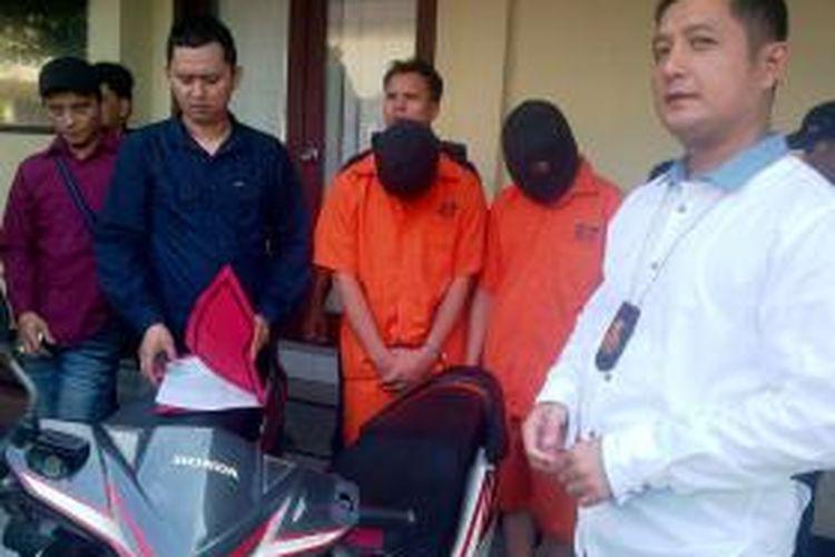 Dua laki-laki berinisial CW (21) dan Ci (20). Keduanya diduga sebagai penadah motor curian. Mereka adalah warga Jalan Pinang Baris, Kelurahan Lalang, Kecamatan Medan Sunggal, Medan.