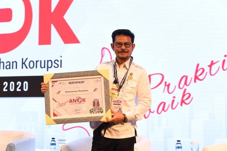 Mentan SYL saat menerima penghargaan dalam gelaran Aksi Nasional Pencegahan Korupsi (ANPK) 2020, di Kantor KPK, Jakarta, Rabu (26/08/2020).