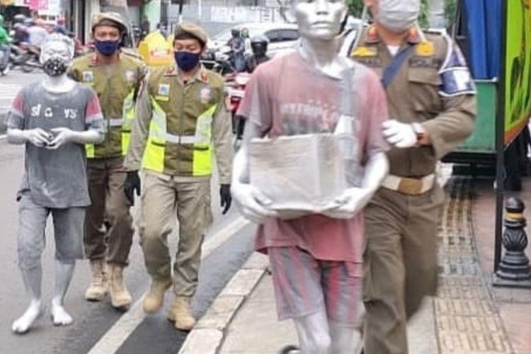 Petugas Satpol PP amankan manusia silver di Kembangan, Jakarta Barat