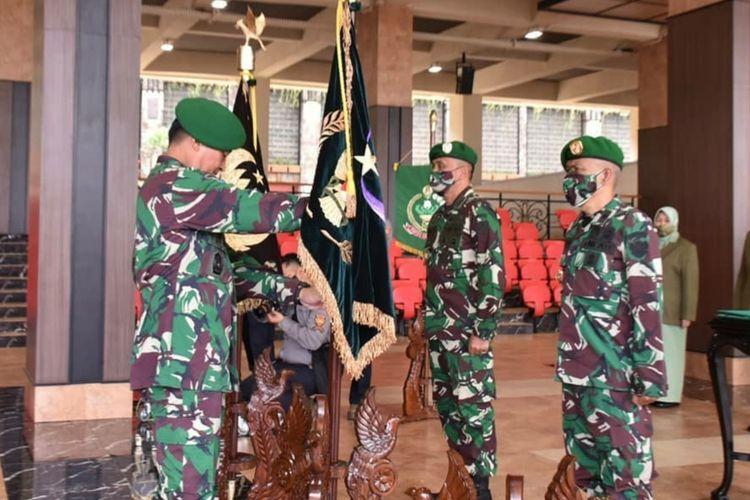 Kepala Staf Angkatan Darat (KSAD) Jenderal TNI Andika Perkasa memimpin serah terima jabatan (Sertijab) tiga kepala dinas di lingkungan TNI yang berlangsung di Markas Besar Angkatan Darat (Mabesad), Jakarta, Selasa (26/01/2021).