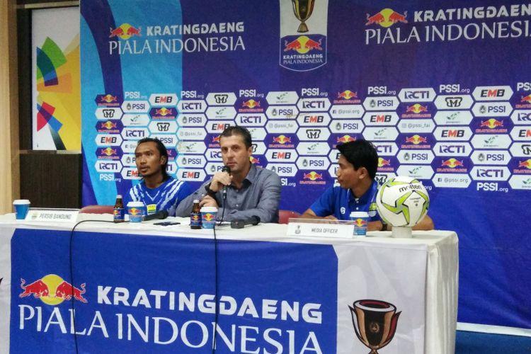 Pelatih Persib Miljan Radovic bersama gelandang Hariono saat hadir dalam sesi konferensi pers usai laga kontra Arema FC di Stadion Si Jalak Harupat, Kabupaten Bandung, Senin (18/2/2019).