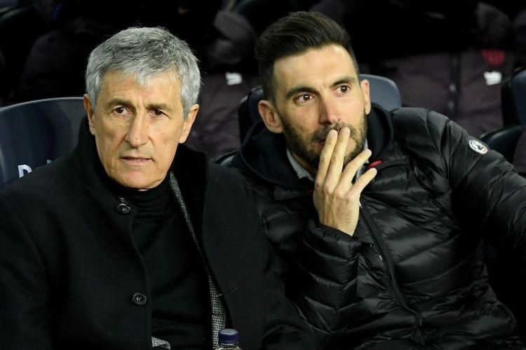 Mantan pelatih Spanyol Barcelona Quique Setien (kiri) dan asisten pelatih Eder Sarabia duduk di bangku cadangan selama pertandingan sepak bola liga Spanyol antara FC Barcelona dan Granada FC di stadion Camp Nou di Barcelona pada 19 Januari 2020