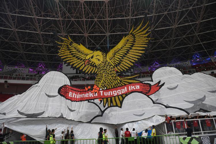 Suporter membentangkan koreografi dalam pertandingan lanjutan Piala AFF 2018 antara Indonesia melawan Filipina di Stadion Gelora Bung Karno, Jakarta, Minggu (25/11/2018).