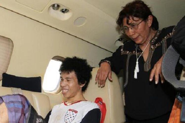 Menteri Kelautan dan Perikanan Susi Pudjiastuti bersama Dudung (24), nelayan Wakatobi penderita tumor tulang ganas di dalam pesawat Susi Air.