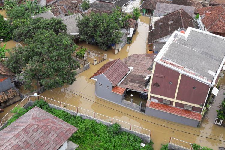 Bajir merendam dua perkampungan di Kecamatan Labuan, Kabupaten Pandeglang, Rabu (26/12/2018). Empat hari lalu, kawasan ini juga menjadi wilayah terdampak tsunami Selat Sunda.