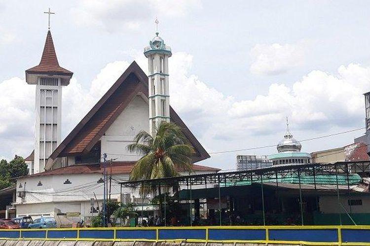 Masjid Al Istikharah dan Gereja HKBP Kernolong di Jalan Kramat IV, Kelurahan Kernolong, Senen, Jakarta Pusat, Rabu (23/12/2020). Kedua rumah ibadah ini sudah berdiri berdampingan selama ratusan tahun.