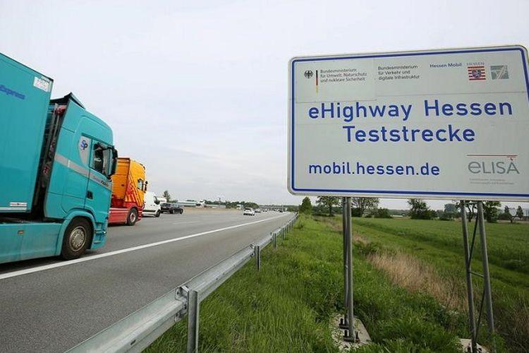 Uji coba eHighway dilaksanakan di sebuah jalan ramai dekat kota Frankfurt, Jerman. (Deutsche Welle/C.Erler)