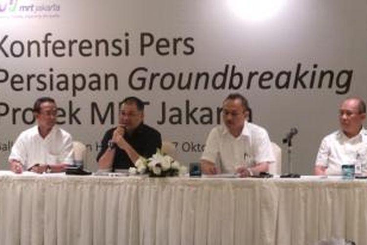 Para direksi PT MRT Jakarta saat sedang melaksanakan konferensi pers groundbreaking MRT, di Hotel Pullman Jakarta, Senin (7/10/2013). (Ki-ka) Direktur Keuangan PT MRT Jakarta, Tuhiyat, Direktur Utama Dono Boestami, Direktur Teknis M. Nasir, dan Direktur Konstruksi Albert Tara.
