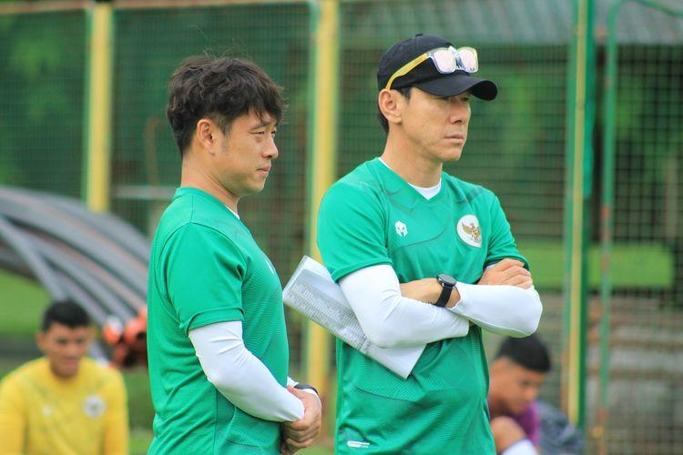 Pelatih sekaligus manajer timnas Indonesia, Shin Tae-yong (kanan), mengamati anak asuhnya dalam training center di Kroasia.