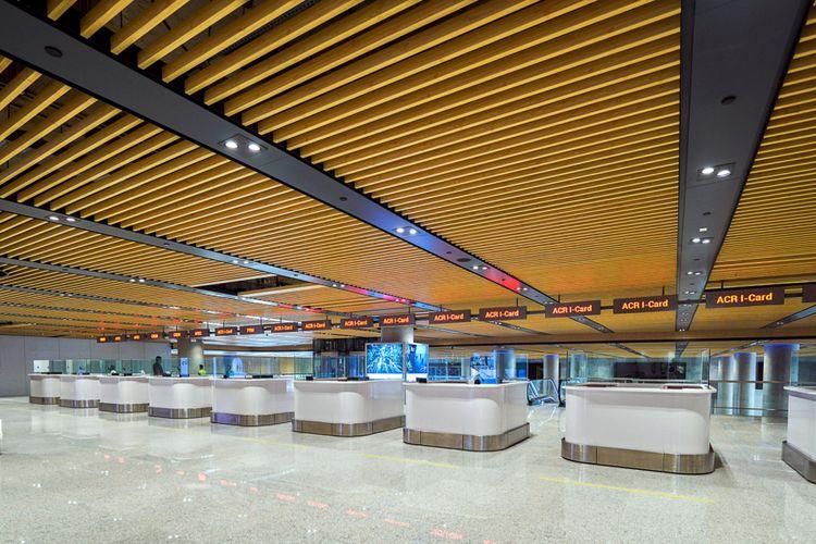 Meja check-in dibuat lebih rendah dibanding yang biasanya ditemukan di bandara lain