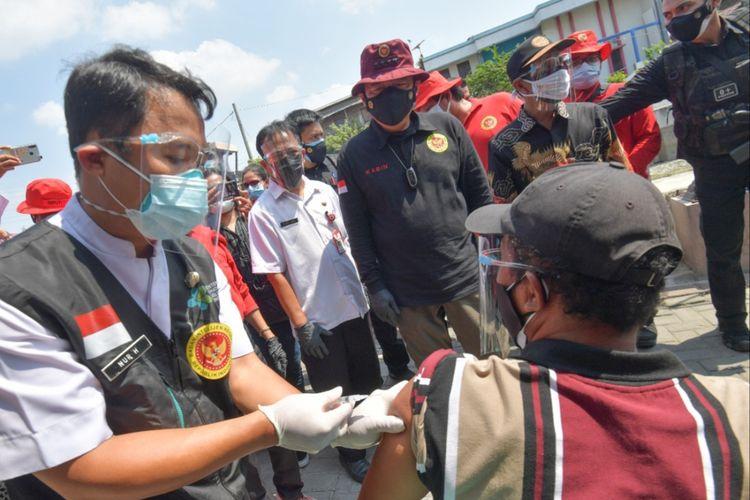 Kepala BIN, Jenderal Polisi (Purn), Budi Gunawan saat meninjau plaksanaan vaksinasi warga Kota Semarang